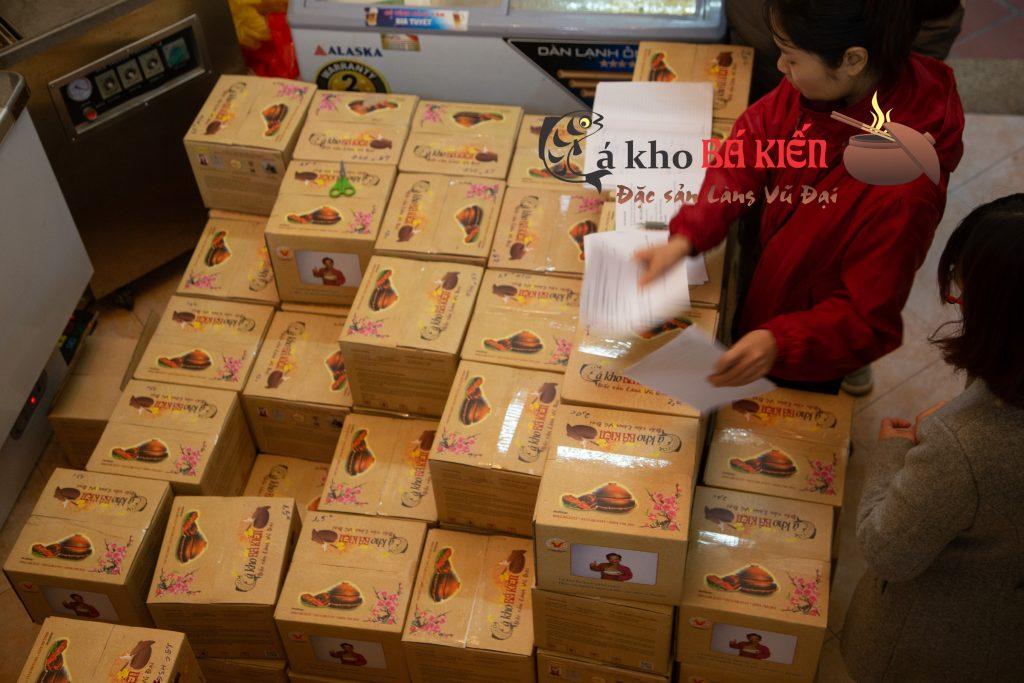 Hàng trăm niêu cá kho đã được đóng hộp để chuẩn bị giao đến khách hàng