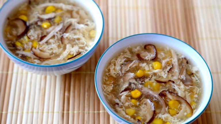 Học cách chế biến món súp gà nấm hương ngon đáo để